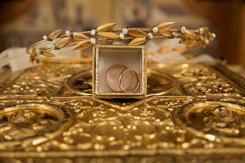 złota biżuteria dla kobiet