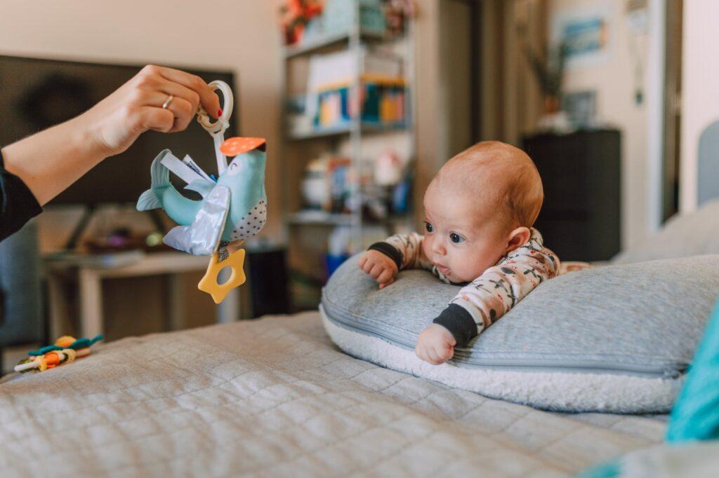 jakie zabawki dla niemowląt kupować